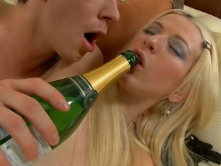Blonde babe gets pussy licked added to ass fucked at the end of one's tether a abiding cock